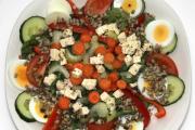 Salat með eggi og fetaosti