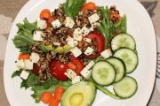 Salat með avacado og ristuðum sólblómafræjum